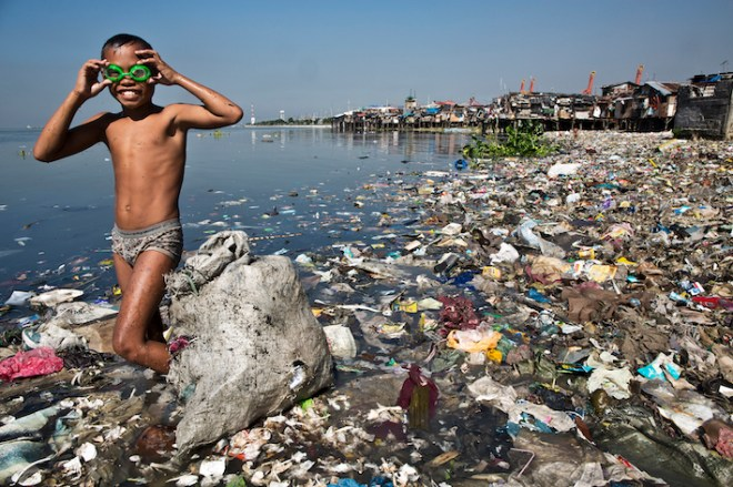 En plastik-strand ved Manila. Billedet er fra bloggen Plastic Soup News.