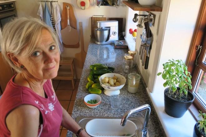 Altid gang i køkkenet når der er agurker, kartofler og ærter ...og meget andet ... i haven.