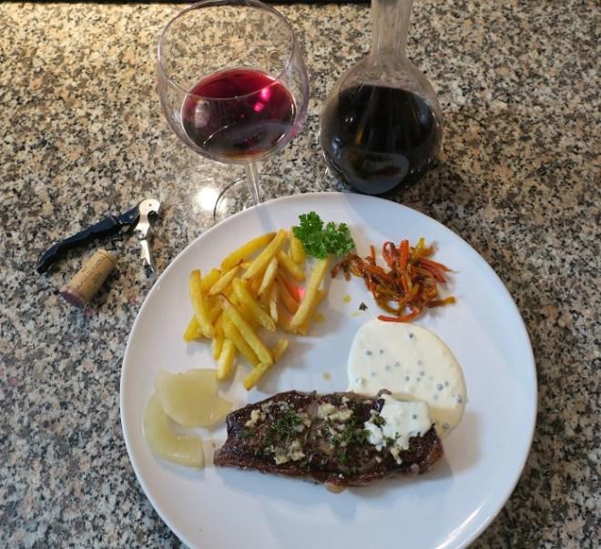 Peberbøf, fritter og en god rødvin
