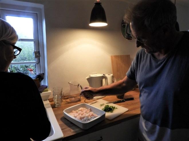Råmarineret fisk forberedes