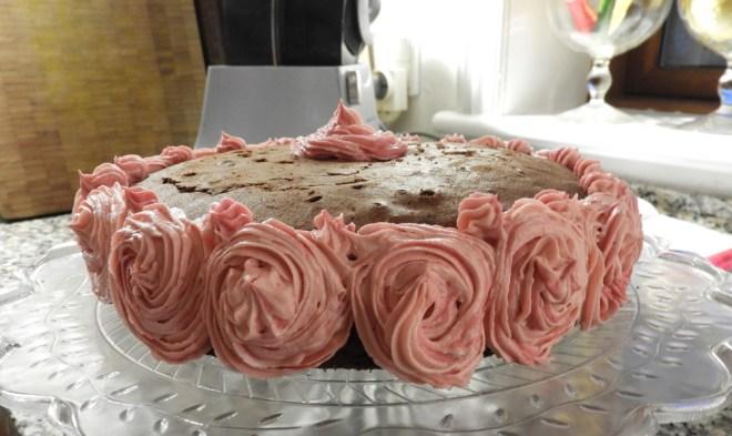 Chokoladekage pyntes med cupcake-icing