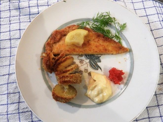 Fiskefilet med parmesankartofler og aioli.