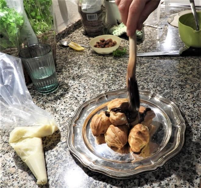 Profiteroles med vaniljecreme og chokoladeovertræk