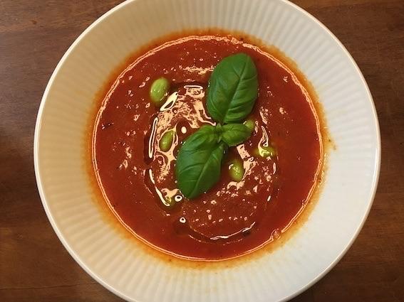 Tomatsuppe med ærter og basilikum