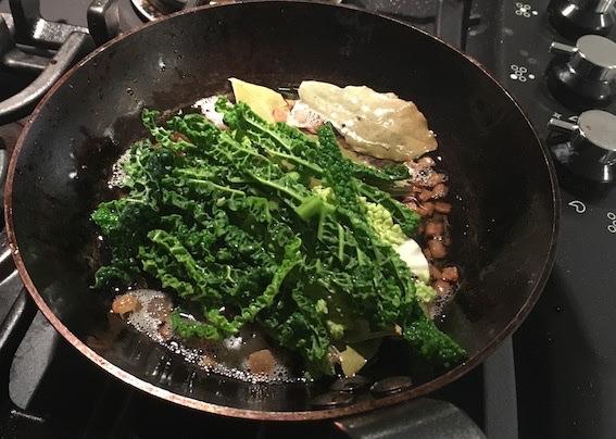 Salat med savoykål på panden