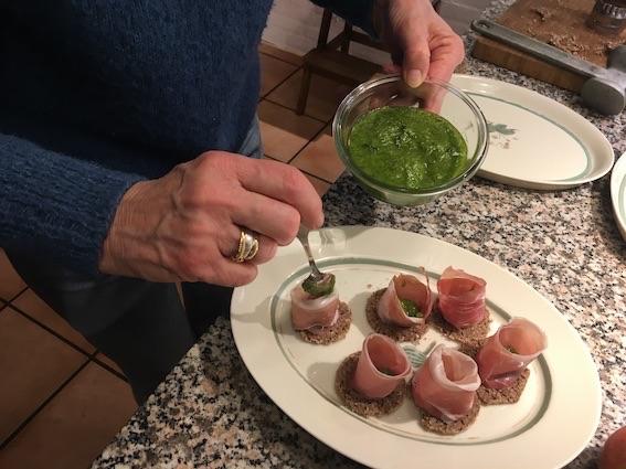 Tapas med skinke og pesto
