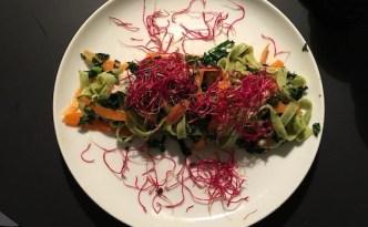 Salat af fettuchine, grønkål og spirer