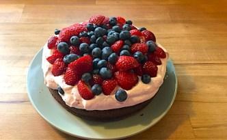 Chokoladekage med sommerbær.