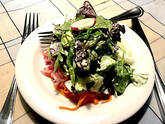 Salat af revne grønsager og grøn salat i en lidt sur-sød behagelig flødedressing med urter