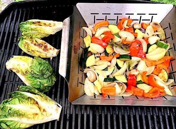 Grøntsager og salat på grillen