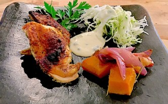 Kylling Ras el hanout med bagte grøntsager .