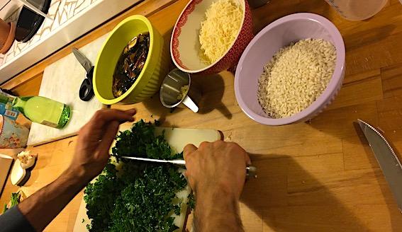 Ingredienser Risottoen og grønkålen bliver hakket