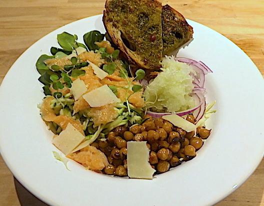 Salat med kål og laks