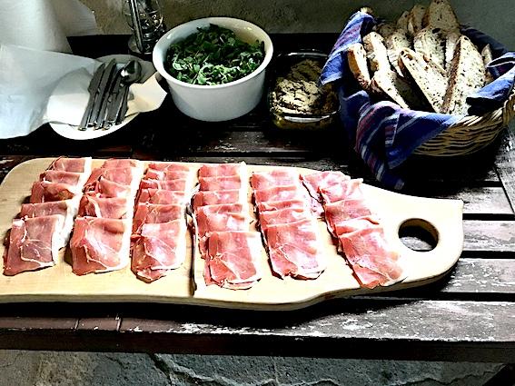 Frokost med surdejsbrød , skinke og tomater