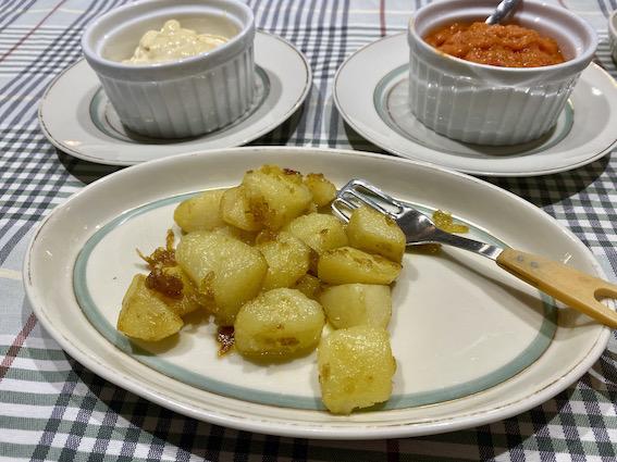 Råstegte kartofler med stærk sovs