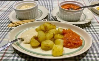 Råstegte kartofler med stærk sovs og aioli