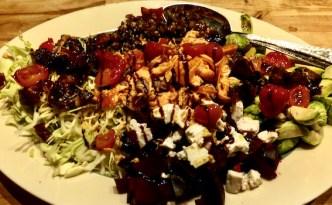 Salat af rødbeder og rosenkål med varmrøget laks