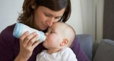 Bébé prend son biberon