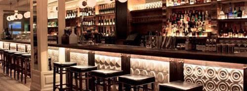 Barra del restaurante Ajoblanco realizada con cerámica artesana volumétrica