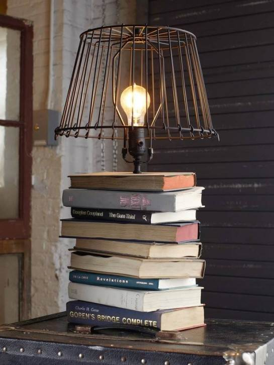 Lámpara sobre una base de libros apilados.