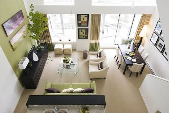 Verde suave y tonos arena para un salón luminoso y acogedor.