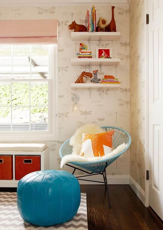 Una habitación muy juvenil con contrastes de rojo y turquesa