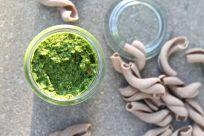 Alle Zutaten in einen Mixer geben, auf niedriger Stufe pürieren, damit das Pesto noch Biss hat