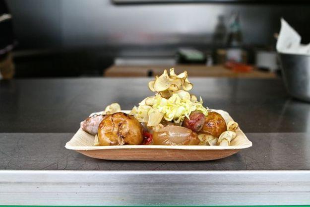 Köstlich:Bratwurst vom Moorreger Schwein dazu Topinambur, Spitzkohl, Apfelrelish