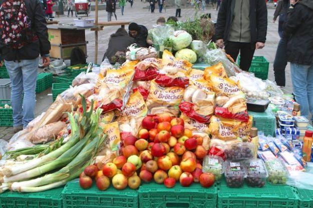 Flashmob mit Pyramide aus geretteten Lebensmitteln