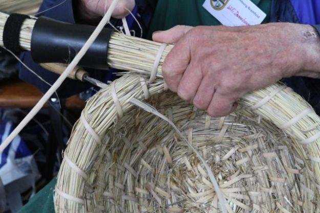 Bienenkörbe wurden traditionell aus Fichtenwurzeln gewunden - hier Rattan