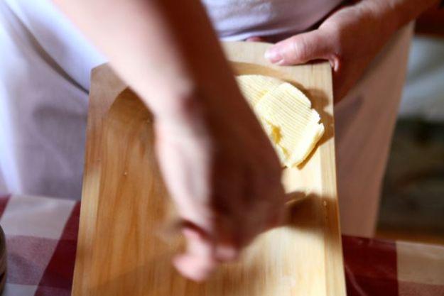 Der Rahm wird per Zentrifuge getrennt und in mühsamer Handarbeit zu köstlicher Butter gemacht
