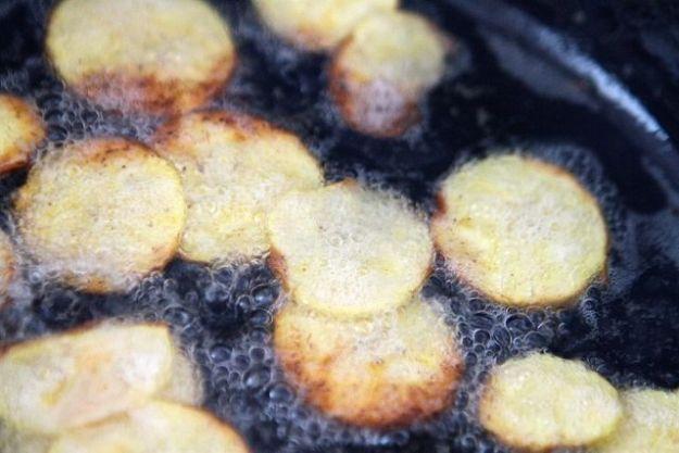 Für knusprige Chips: Kochbananen in heißem Fett kurz frittieren - ganz köstlich