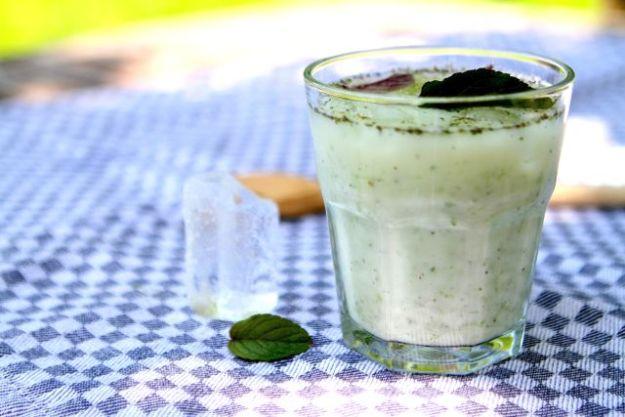 Ein eisgekühlter Sommerdrink mit Joghurt, Gurken und Minze - siehe Nahids Grundrezept; einfach Brot und Walnüsse weglassen