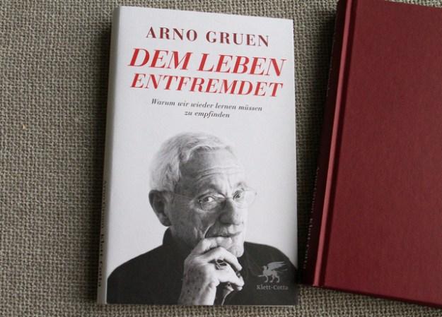 Mitgefühl statt Neoliberalismus empfiehlt Arno Gruen in »Dem Leben entfremdet«