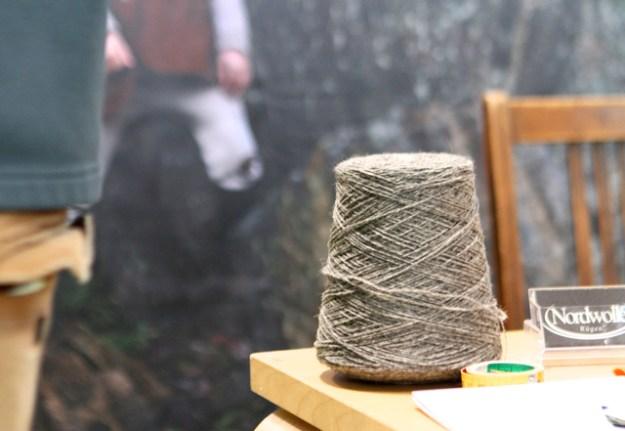 Spindel mit Fäden, gesponnen aus der grauen Wolle von Pommernschafen (wollte das Wort einfach nochmal schreiben)
