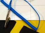 Klemme und Kabel - die eine Seite wird am Handgelenk befestigt, die andere an der Erdungs-Matte