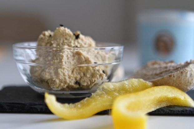 Sehr delikat: Hummus aus Lupinenkernen und Sesampaste (Tahin)