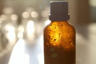 Die kleingehackten Mandeln in eine blickdichte 125 ml Flasche geben und mindestens 14 Tage ziehen lassen