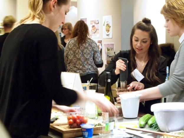 Jasmin Mengel (Mitte) bei der #triasbloggerkitchen im Hamburger Kochkontor, Februar 2017