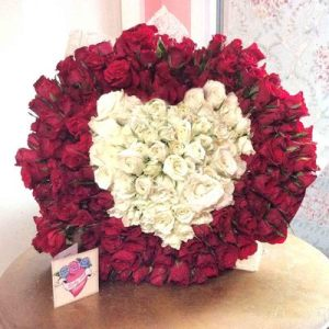 Mon Coeur (meaning 'My Heart' in French) is a luxurious mix of any two colours of roses red, white, pink, yellow, orange to form a love shape in the interior.