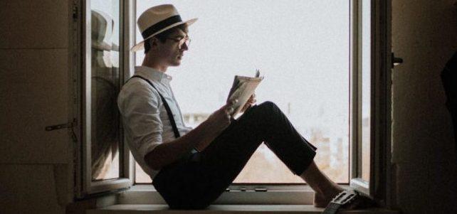 ragazzo di 19 anni che legge alla finestra