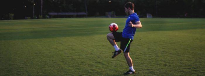 ragazzo di 15 anni che gioca a calcio