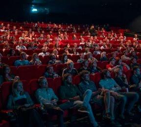persone che assistono ad uno spettacolo
