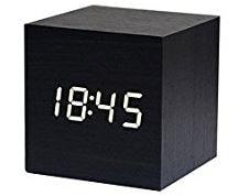 sveglia a forma di cubo con numeri digitali