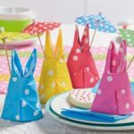 Decorar la mesa con servilletas en forma conejito