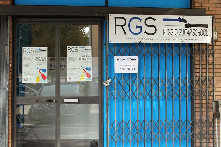 Vetrina della Scuola di chitarra RGS di Reggio Emilia