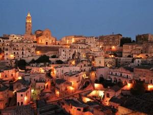 Il centro storico di Matera, patrimonio mondiale dell'Umanità, all'imbrunire
