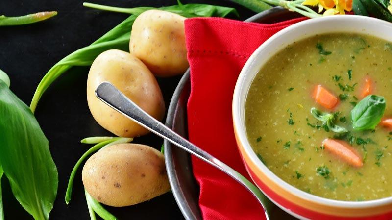 Bol de soupe de pomme de terre