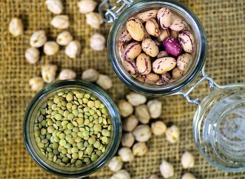 Bocaux en verre de lentilles et haricots secs
