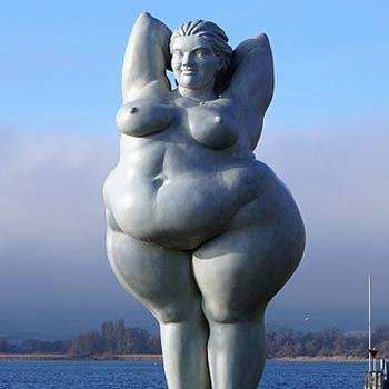 Contraception et obésité : photographie d'une sculpture de femme obèse au bords du Lac de Constance